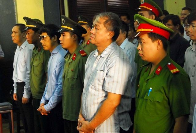 Để Phạm Công Danh rút ruột ngân hàng 9.000 tỉ đồng, Phó Tống đốc ngân hàng Nhà nước bị truy tố.
