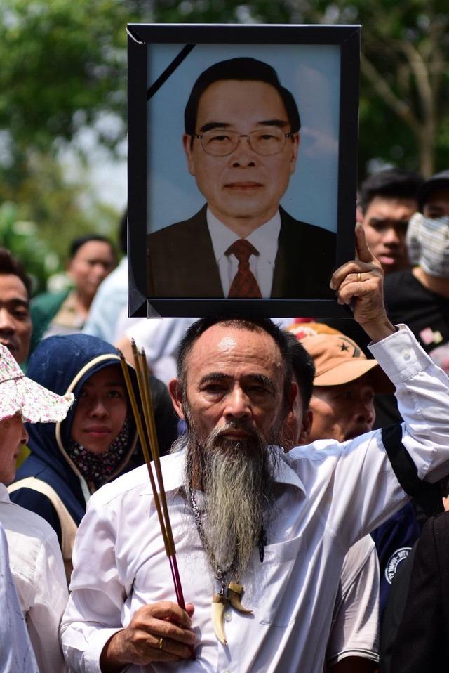 Ông Lê Bảy ở Hội Cựu TNXP xã Tân Thông Hội bày tỏ sự đau buồn trước sự ra đi của nguyên Thủ tướng. Ông vẫn cảm kích nhớ ông Phan Văn Khải từng tặng Hội 20 triệu đồng vào năm 2010 để may quần áo cho hội viên.