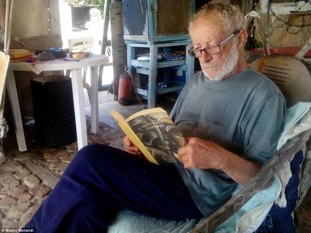 Ông Mauro sống hạnh phúc một mình trên đảo.