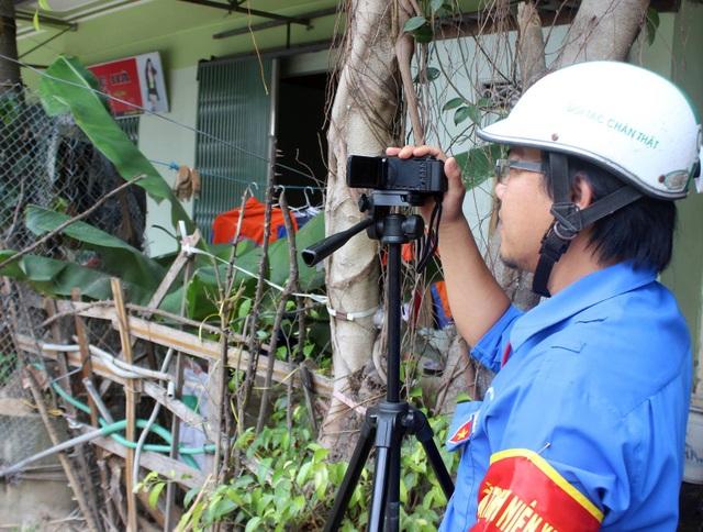 Camera được quay từ một góc bí mật ghi lại những hình ảnh vi phạm luật an toàn giao thông của các em học sinh