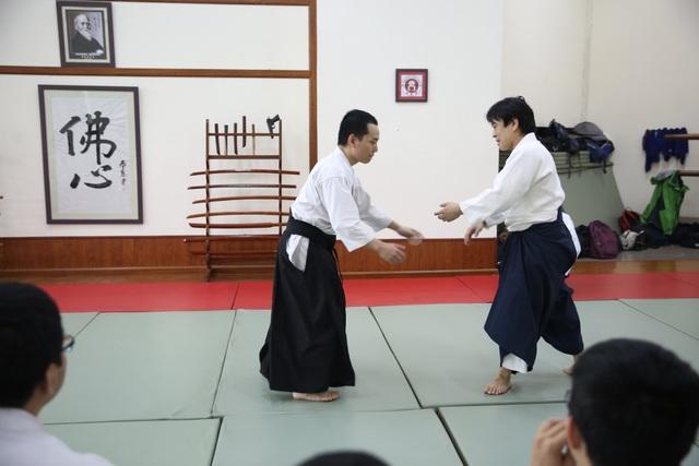 Võ sư Hiroyuki Namba (phải) tham gia khoá tập huấn
