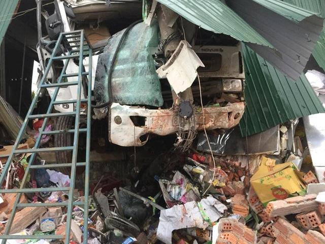 Chiếc xe bồn tông gãy trụ điện trung thế (ảnh: Hoàng Sơn)