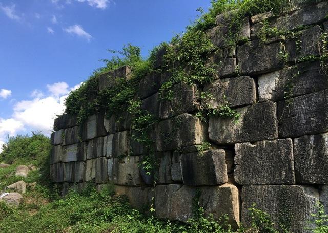 Nhiều đoạn tường thành cũng bị xô nghiêng ra phía ngoài