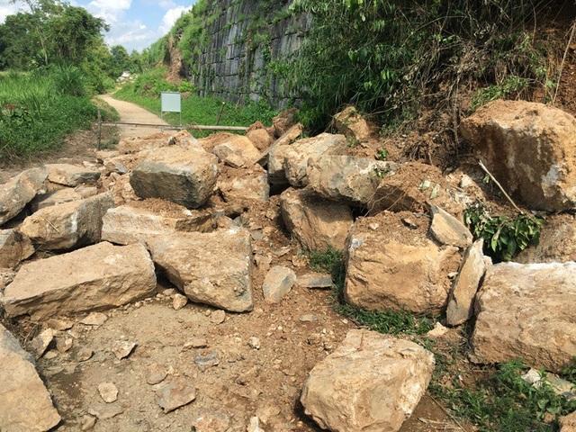Do ảnh hưởng của cơn bão số 10 năm 2017 khiến một đoạn tường thành bị sạt lở