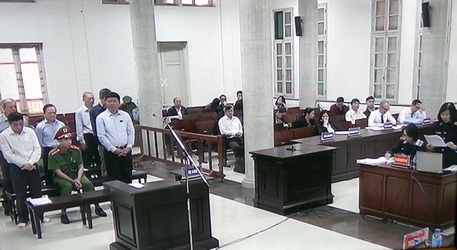 Các bị cáo nghe đại diện Viện Kiểm sát luận tội.
