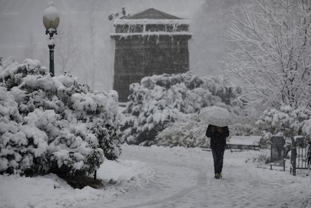 Khu vực bên ngoài Đồi Capitol, trụ sở Quốc hội Mỹ, ở Washington chìm trong màu trắng của tuyết.