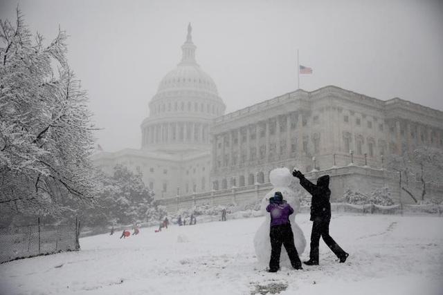 Nhà Trắng và Bộ Ngoại giao Mỹ đã hủy tất cả các sự kiện dành cho công chúng khi bão tuyết đổ bộ. Đệ nhất phu nhân Mỹ Melania Trump cũng đăng bức ảnh Nhà Trắng chìm trong tuyết lên Twitter.