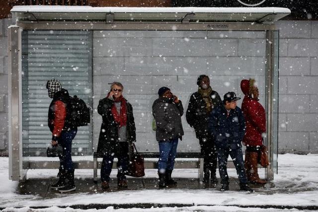 Nhiều hộ gia đình bị mất điện ở New Jersey và Pennsylvania do ảnh hưởng của bão tuyết. Cuộc sống của nhiều người dân cũng bị ảnh hưởng.