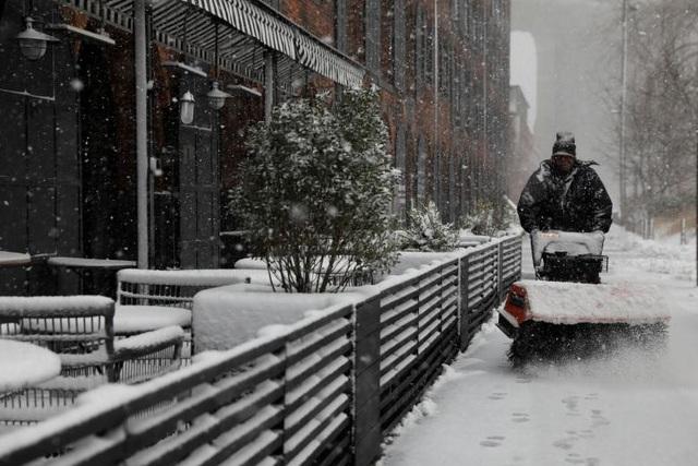 Thống đốc New York Andrew Cuomo cũng ban bố tình trạng khẩn cấp tại New York City, Putnam, Rockland, Westchester, Nassau và Suffolk do tuyết rơi dày kèm gió lớn.