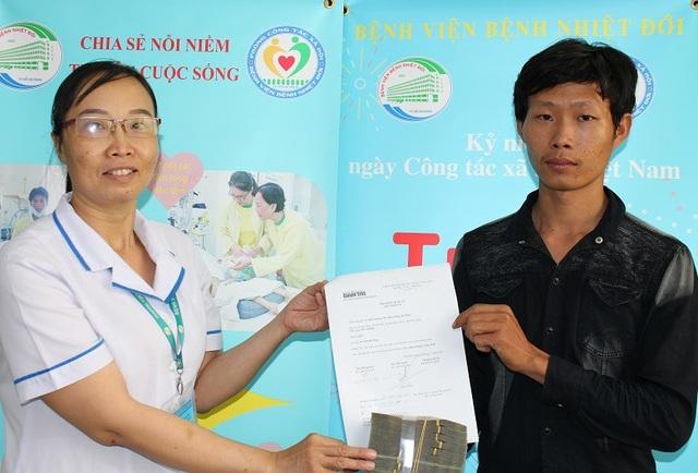 Đại diện bệnh viện trao 167.680.000 đồng bạn đọc hỗ trợ gia đình