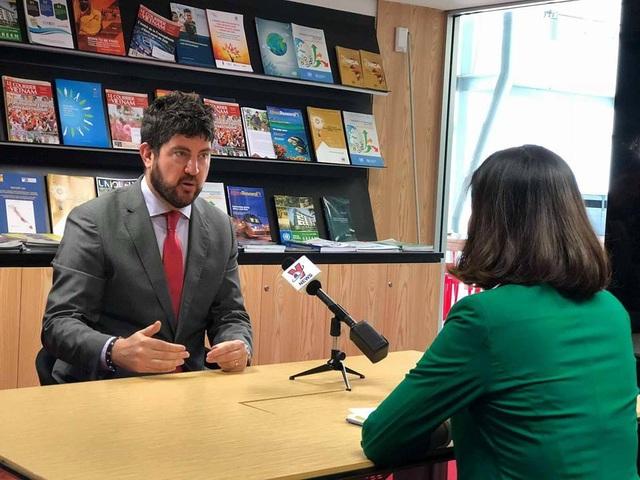 Ông Michael Croft trao đổi với báo chí liên quan đến công trình vi phạm ở Khu di sản thế giới Tràng An (Ninh Bình).