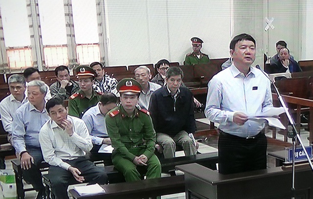 Bị cáo Đinh La Thăng tự bào chữa trước tòa sáng 22/3.