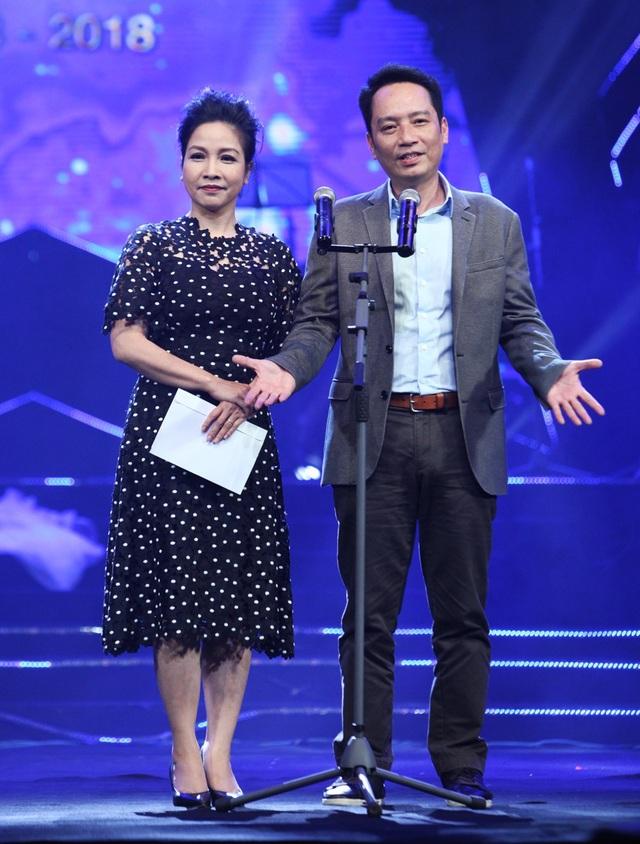 Vợ chồng nhạc sĩ Anh Quân- Mỹ Linh trao giải Chương trình của năm cho ca sĩ Đăng Dương.