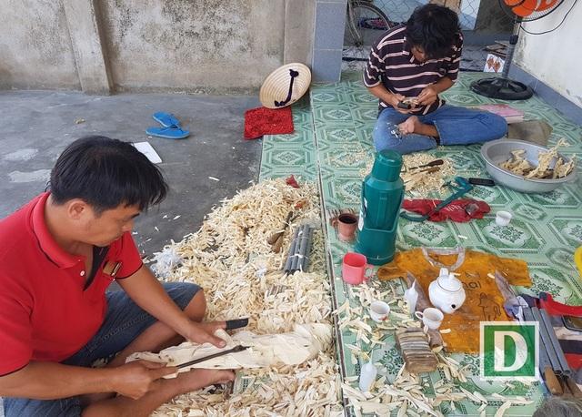 Thay vì vào rừng đi tìm trầm hương thì nay nhiều người ở Khánh Hòa chọn nghề soi trầm và có thu nhập khá