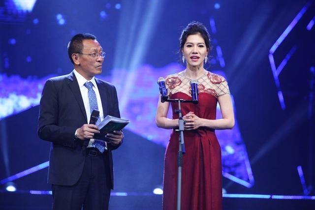 MC Lại Văn Sâm- bà Kim Dung công bố, trao giải cho Chuỗi chương trình của năm. Giải thưởng thuộc về Sao đại chiến.