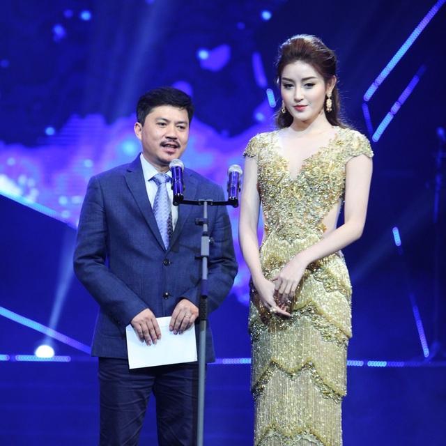 Á hậu Huyền My- ông Lê Xuân Thành, Trưởng BTC trao giải Nhà sản xuất của năm cho Dương Cầm.