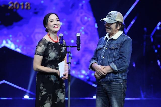 """Bật cười trước """"màn diễn"""" Việt Tú cầu hôn… Xuân Bắc trên sóng truyền hình - 11"""