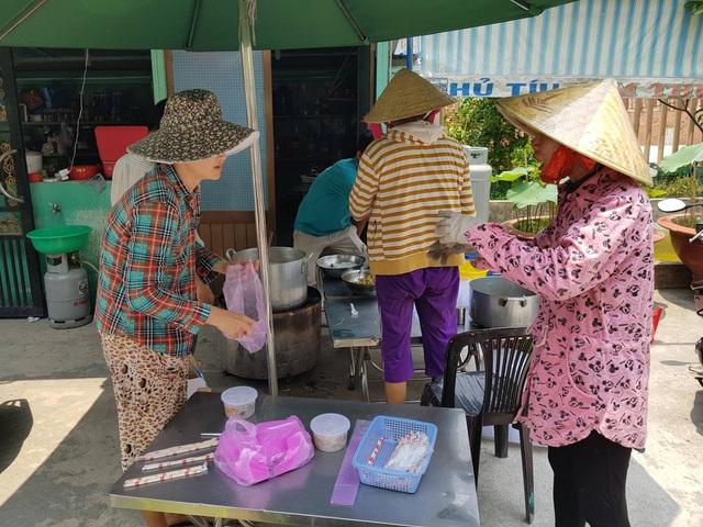 Ông Hải cùng vợ đi chợ mua thực phẩm về nấu mang ra phục vụ bà con trong vụ hỏa hoạn.
