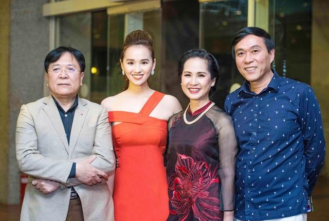 Thứ trưởng, NSND Vương Duy Biên - Lã Thanh Huyền và vợ chồng nghệ sĩ Lan Hương - Đỗ Kỷ.