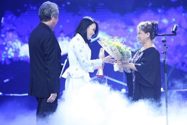 NSND Thanh Hoa và NSND Quang Thọ công bố người chiến thắng ở hạng mục Ca sĩ của năm. Tôi và NSND Quang Thọ xin chúc tất cả mọi người ở đây là ngôi sao danh vọng của cả một đời nghệ sĩ, chứ không chỉ một năm, NSND Thanh Hoa nói.