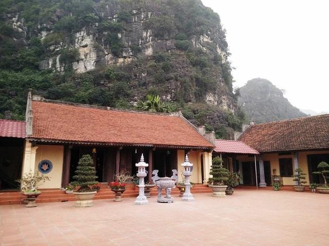 Quần thể chùa rộng khoảng 10ha, các hạng mục tựa lưng vào núi tạo nên vẻ đẹp cổ kính của ngôi chùa nổi tiếng đất cố đô.