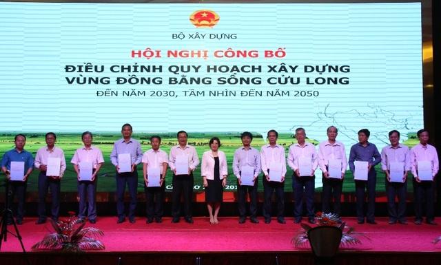 Thứ trưởng Bộ Xây dựng Phan Thị Mỹ Linh trao đồ án điều chỉnh quy hoạch cho 13 tỉnh, thành trong vùng ĐBSCL.