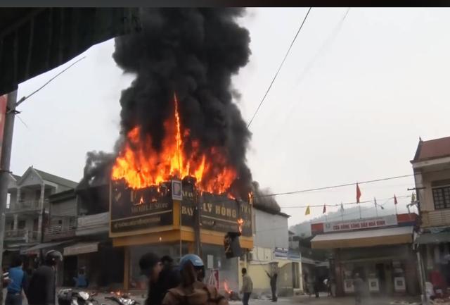Cạnh cửa hàng điện tử bốc cháy có một cây xăng và may mắn khi ngọn lửa được dập tắt để không thể lan sang