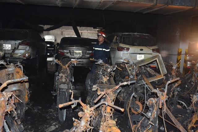 Hơn 100 xe máy, ô tô trong tầng hầm bị cháy rụi