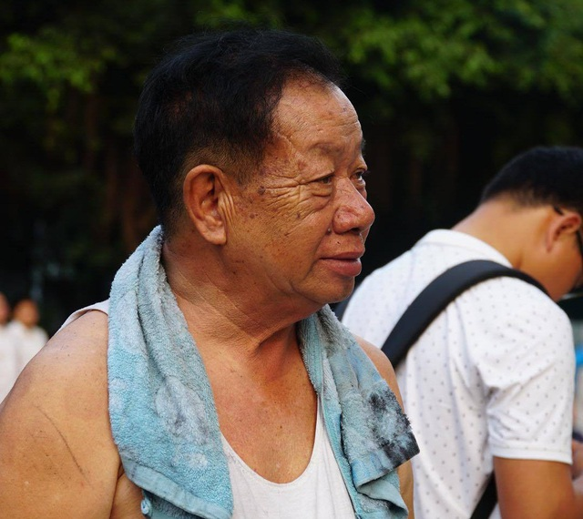Ông Tùng, 69 tuổi cho biết  tôi đang ngủ thì nghe người dân hô hoán, mở cửa ra thì khói táp vào khiến tôi bị ngạt. Tôi cùng vợ và con hô hoán cứu. Khi cảnh sát PCCC đến mới đưa chúng tôi ra ngoài