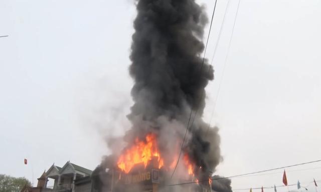 Ngọn lửa lớn bao trùm cửa hàng điện tử.