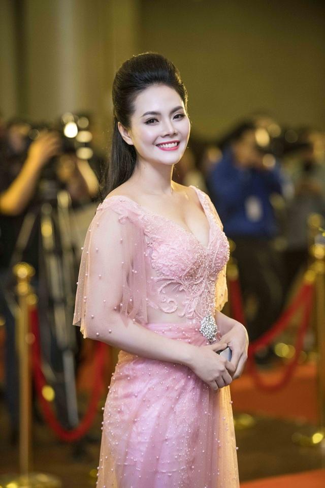 Lương Nguyệt Anh duyên dáng với đầm hồng cúp ngực.