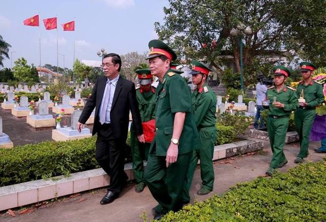 Hài cốt các liệt sĩ được đưa về an táng trong khuôn viên nghĩa trang Thị xã Quảng Trị