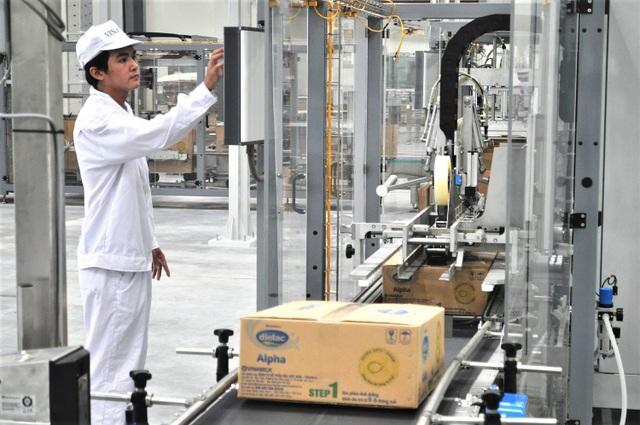 Công nhân tại nhà máy của Vinamilk có cơ hội làm việc, tiếp cận với hệ thống máy móc, công nghệ tân tiến, hiện đại với độ an toàn tuyệt đối