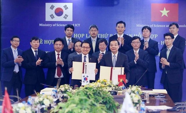 Bộ trưởng Chu Ngọc Anh và Bộ trưởng You Young Min ký kết Biên bản Kỳ họp.