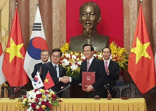 Bộ trưởng Đào Ngọc Dung và ngài Dong Yeon Kim, Phó Thủ tướng kiêm Bộ trưởng Bộ Chiến lược và Tài chính Hàn Quốc ký Bản ghi nhớ về phái cử và tiếp nhận lao động Việt Nam sang làm việc tại Hàn Quốc.