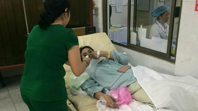 Nạn nhân trong vụ cháy chung cư Carina Plaza đang cấp cứu tại Bệnh viện Nguyễn Tri Phương.