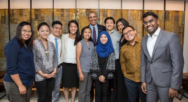 Ông Obama và 10 lãnh đạo trẻ ASEAN (Đại diện Việt Nam đứng thứ 3 từ trái sang).