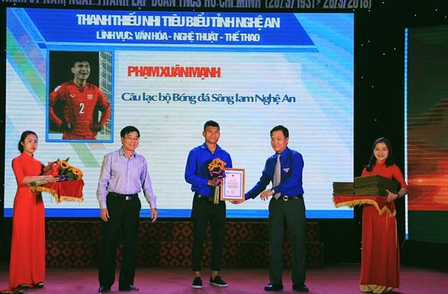 Cầu thủ đội tuyển U23 Việt Nam Phạm Xuân Mạnh được tuyên dương tại buổi lễ.