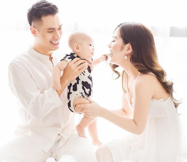 Tháng 3/2017 vợ mới của Việt Anh sinh bé trai đầu lòng tại một bệnh viện ở Hà Nội. Việt Anh đặt tên thân mật cho con trai là bé Đậu. Và nam diễn viên thường xuyên chia sẻ hình ảnh của hai cha con trên mạng xã hội.