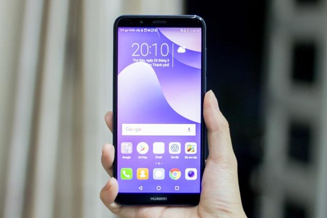 Huawei vừa chính thức ra mắt thị trường Việt mẫu Y7 Pro 2018. Đây là mẫu sản phẩm hướng đến phân khúc phổ thông, sở hữu cấu hình khá mạnh. Điểm nhấn của máy đó là màn hình theo xu hướng tràn viền tỉ lệ 18:9, kích thước màn hình 5,99 inch. Hãng cho biết, tỉ lệ này giúp vùng hiển thị rộng hơn 12,5% so với thông thường. Máy cũng khá gọn nhẹ tựa mẫu máy 5,5 inch và độ dày chỉ 7,8 mm.