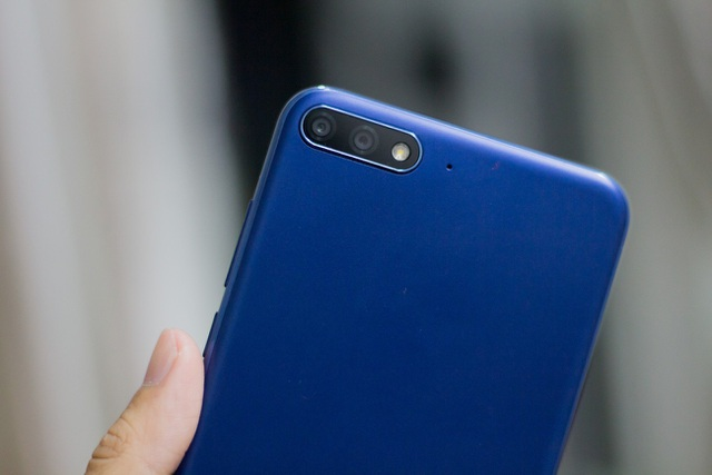 Huawei cho biết, camera chính 13 MP giúp dựng hình, trong khi camera phụ 2MP tạo hiệu ứng xóa phông với khẩu độ lên đến 7. Hãng cũng ưu ái trang bị tính năng chụp trước lấy nét sau mang tên refocus - chọn lấy nét bằng tay thông qua chế độ mở rộng khẩu độ.