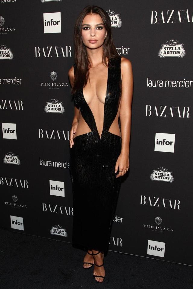 Người mẫu Anh Emily Ratajkowski (26 tuổi) lựa chọn một chiếc đầm đen quá đỗi táo bạo để xuất hiện tại sự kiện thời trang. Đối với một người mẫu đẳng cấp như Emily Ratajkowski, hẳn cô tin rằng chẳng có bộ đồ nào đẹp hơn sắc vóc tự nhiên thiên phú của chính mình.