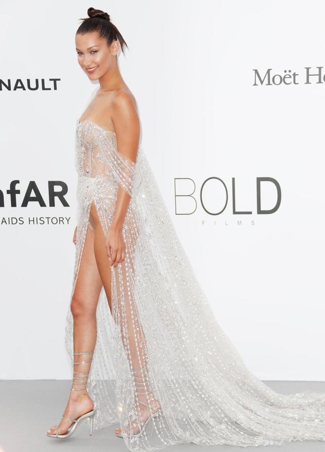 """Bella Hadid là một người mẫu nổi tiếng thế giới. Trong giới chân dài của sàn catwalk quốc tế hiện nay, Bella là người mẫu đẳng cấp hàng đầu. Quả thực, chân dài này không ngại những tranh cãi khi bất chấp việc mình đã quá nổi tiếng và thu hút, cô vẫn liên tiếp lựa chọn những thiết kế thời trang khiến công chúng """"ngã ngửa"""". Trong ảnh là Bella tại LHP Cannes 2017."""