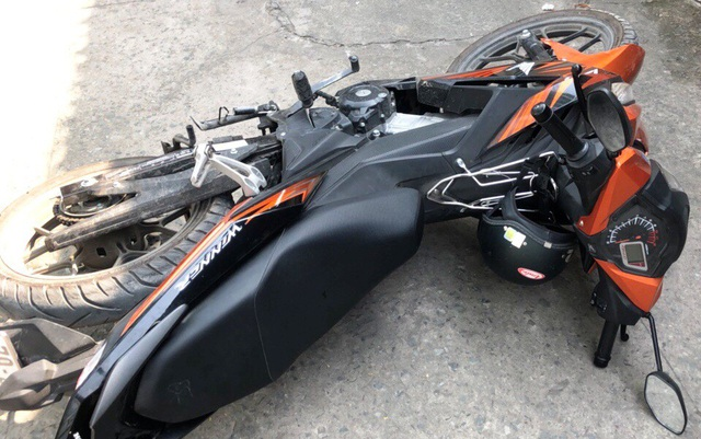 Chiếc xe máy của nạn nhân bị 2 tên trộm dàn cảnh chiếm đoạt.