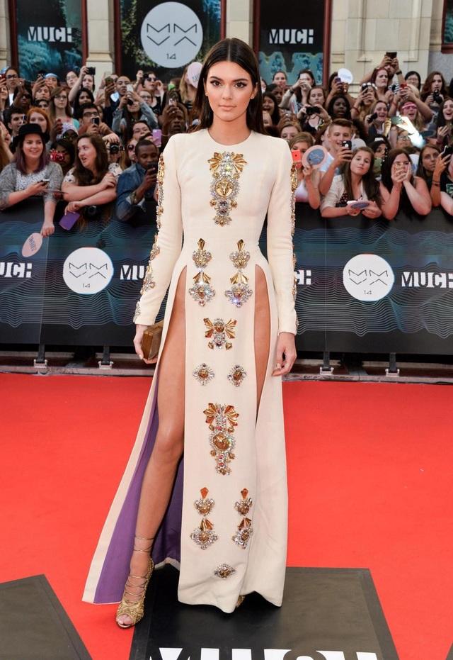 """Hồi năm 2014, người mẫu Kendall Jenner đã từng gây choáng khi mặc một chiếc váy """"xẻ bạo"""" đến dự một lễ trao giải âm nhạc. Rất may cho Kendall là ngày mà cô diện chiếc váy lên thảm đỏ, trời không… có gió mạnh."""