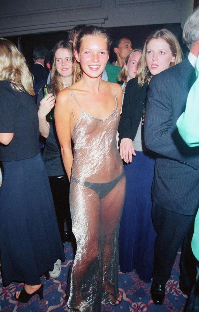 """Người mẫu Mỹ Kate Moss (44 tuổi) đã """"dẫn đầu"""" mốt đầm xuyên thấu từ năm 1993 khi cô lựa chọn bộ đầm bạc này đi dự sự kiện."""
