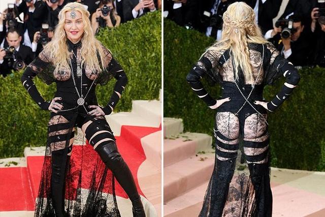 Nữ ca sĩ Madonna (59 tuổi) xuất hiện tại sự kiện thời trang hồi năm 2016 với một thiết kế thực sự gây choáng.