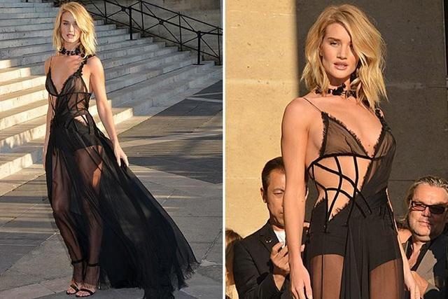 Người mẫu Rosie Huntington Whiteley (30 tuổi) xuất hiện tại Tuần lễ Thời trang Paris hồi năm 2015 với một bộ đầm đen gợi cảm và cũng rất nghệ thuật.