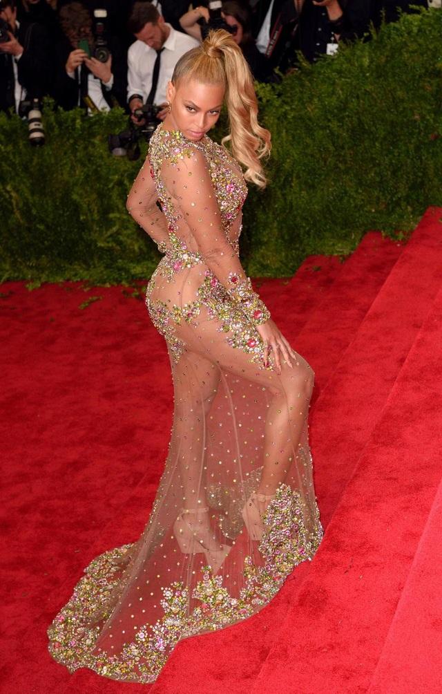 Nữ ca sĩ Beyonce vốn đã quá nổi tiếng để phải gây sự chú ý, nhưng cô cũng không thể nằm ngoài mốt đầm xuyên thấu đang được giới sao nữ ưa chuộng.