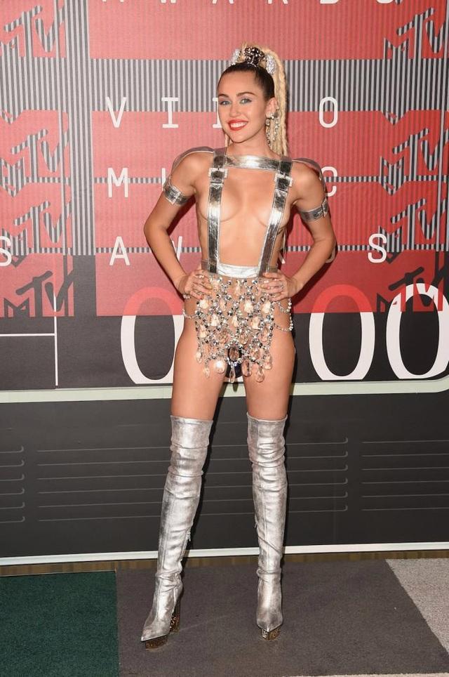 """Nữ ca sĩ Miley Cyrus đến dự lễ trao giải âm nhạc với bộ đồ gây sốc hồi năm 2015, đây là thời điểm cô đang """"quậy tưng, phá cách""""."""